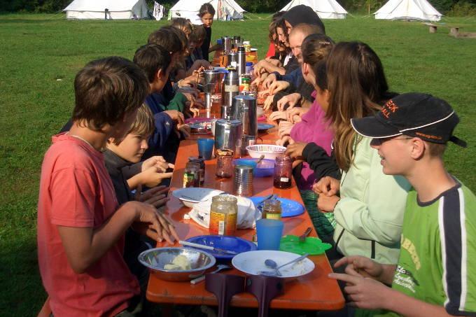 Gruppe beim Frühstück - Foto: NAJU BW / D. Schneider