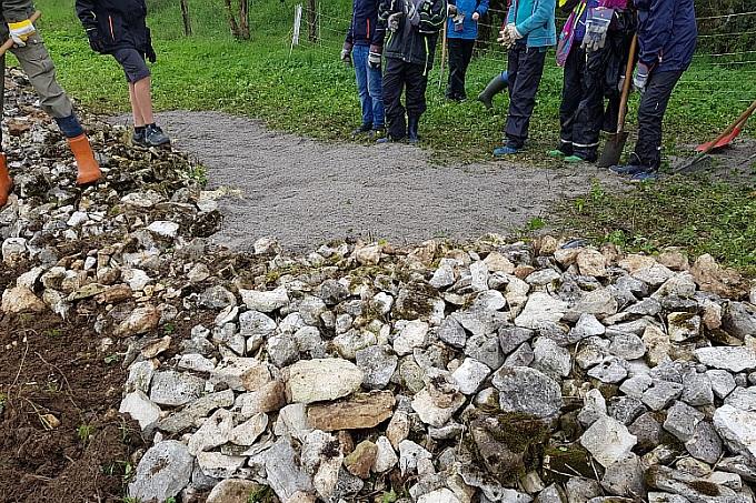 Freigelegter Steinriegel mit neu angelegter Sandlinse - Foto: NAJU BW