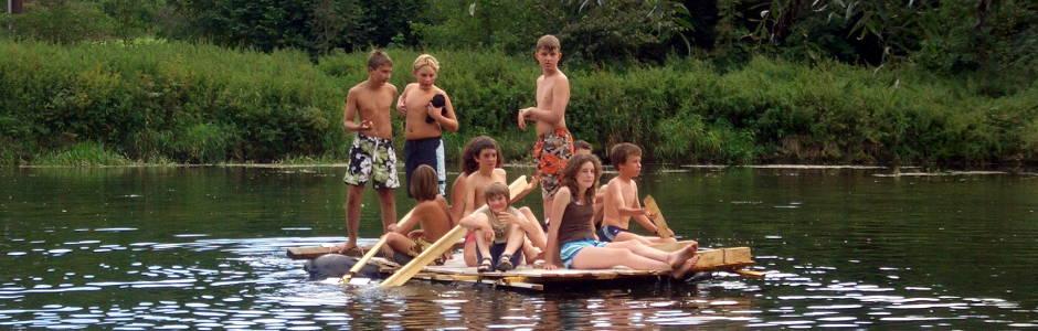 Gruppe mit einem selbstgebautem Floß auf der Donau - Foto: NAJU BW / D. Schneider