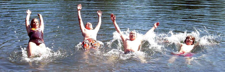 Teilnehmer*innen der Flussi-Freizeit werfen sich in die Donau - Foto: NAJU BW / P. Kentenich