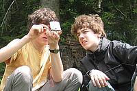 Jungen navigieren mit dem Kompass - Foto: NAJU BW