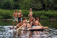 Jugendliche mit selbstgebautem Boot auf der Donau - Foto: NAJU BW / D. Schneider